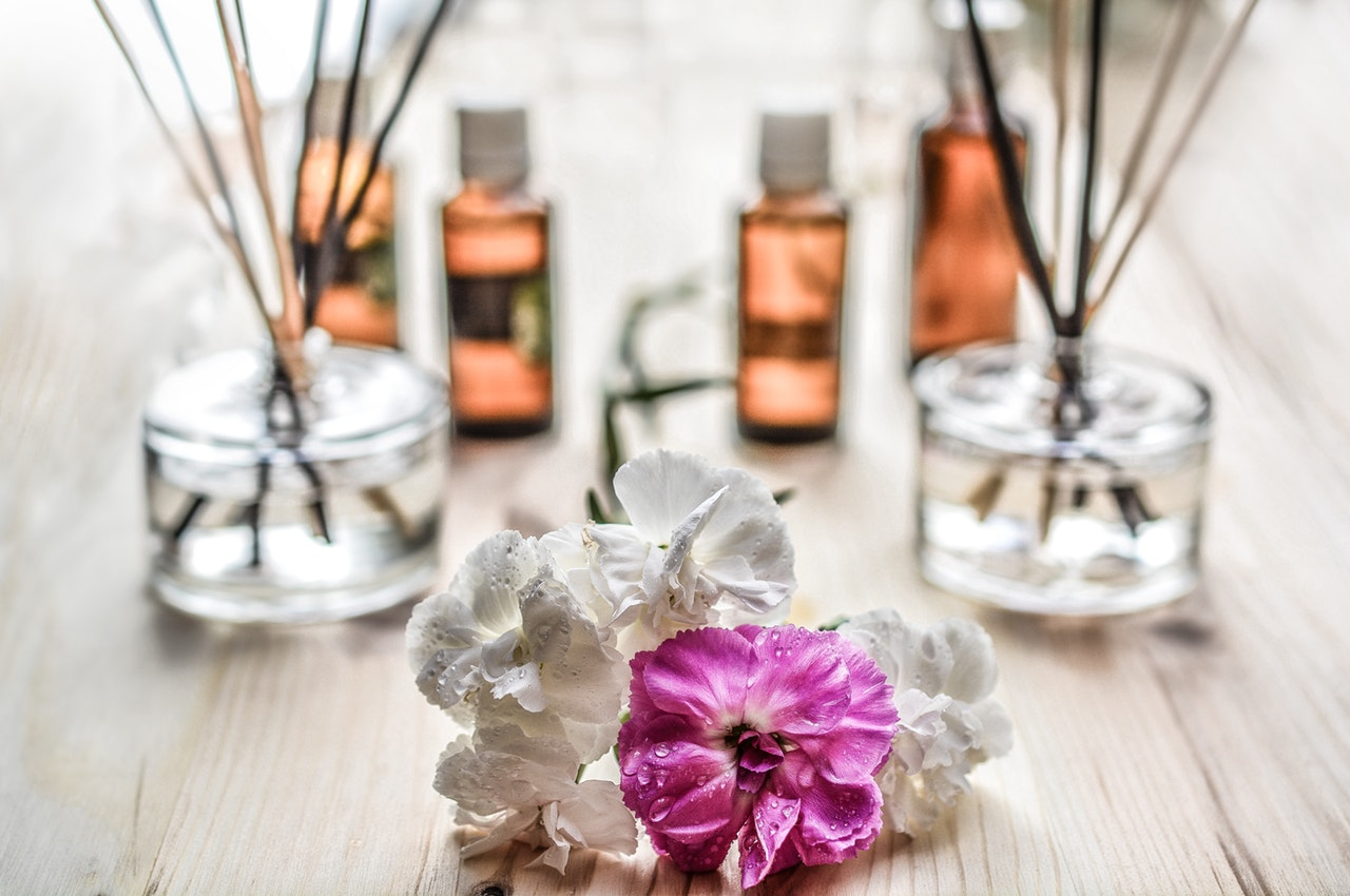 If you're new to essential oils, it is confusing figuring out where to put them on your body. Here's a list of 14 excellent spots to improve your migraine! How to use essential oils topically | peppermint oil for migraines | spots to apply essential oils | migraine complex | stress migraine | cluster headaches | migraine nausea #lifehascurves